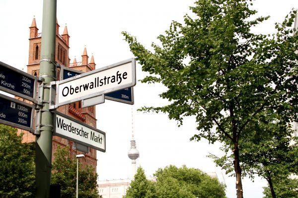Straßenschilder die zum Werderschern Markt führen.